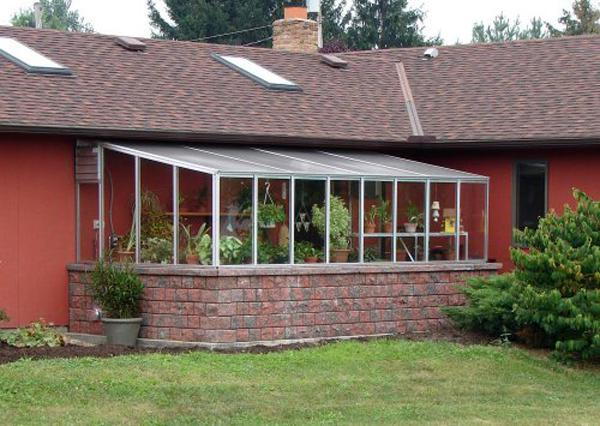 Пристенная теплица — отличное решение для загородного дома