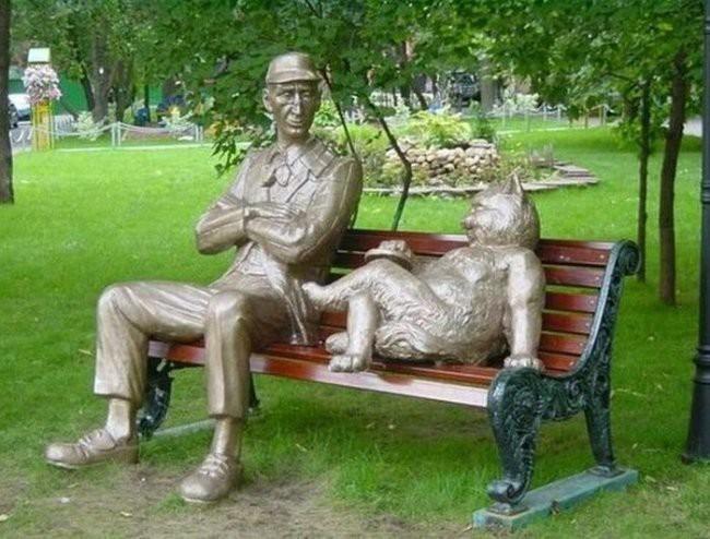 Памятник Коровьеву и коту Бегемоту в Москве интересное, памятники