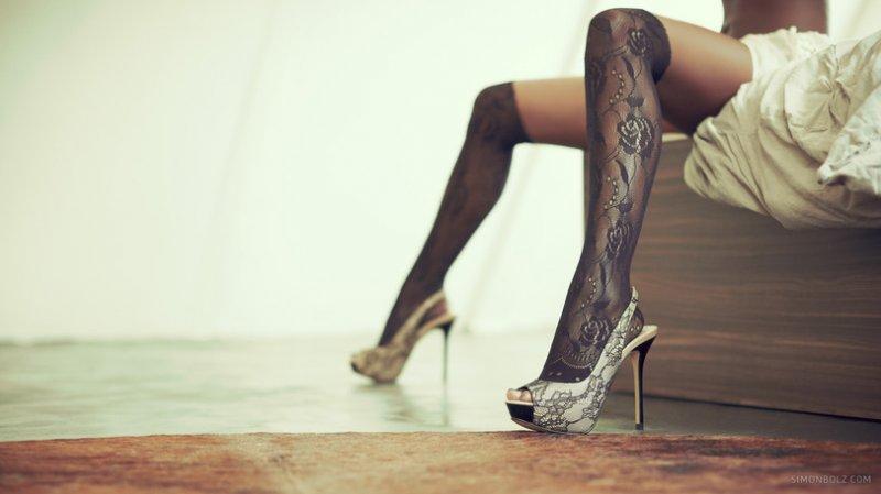 девушка в чулках и туфлях фото