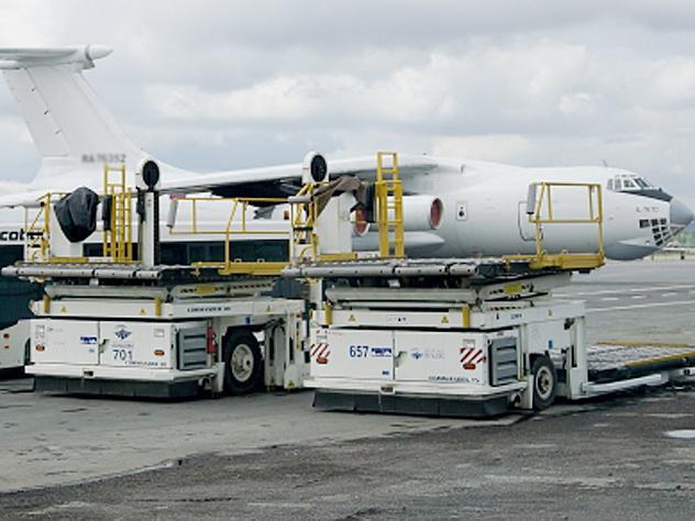 В аэропорту Челябинска столкнулись самолет и погрузчик