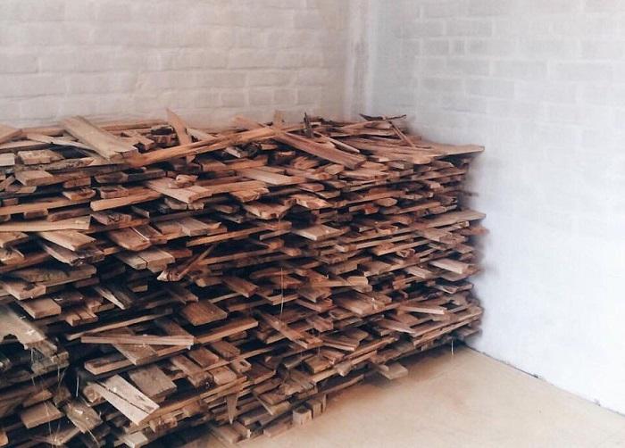 Парень набрал 40 мешков дров и сделал из них в своем доме такое...не зря его называют безумным декоратором