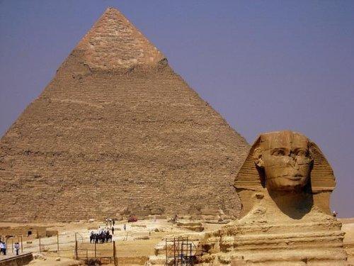 Великая пирамида в Гизе Входящая в число семи чудес света, Великая пирамида Гизы по-прежнему привлекает внимание множества археологов, физиков и астрологов, которые на протяжении веков пытаются разгадать тайну, которую она скрывает в себе.