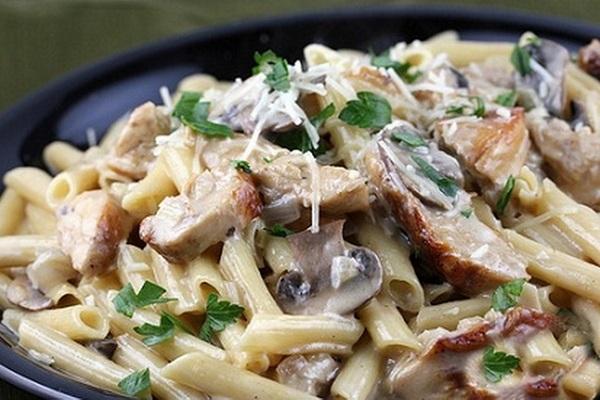 Весь мир без ума от этого блюда — Макароны с грибами, куриным филе и плавленным сыром