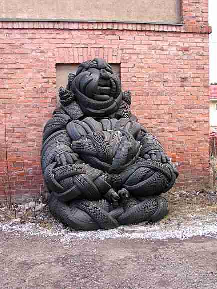 Памятники, статуи, скульптуры женщинам... смешные и странные... Часть 1