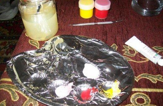 краска на палитре для росписи вазы