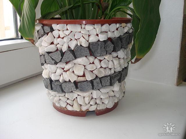 Как оформить горшок для цветов своими руками камушками 3