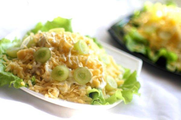 Салат куриное филе, виноград, зелень.майонез фото