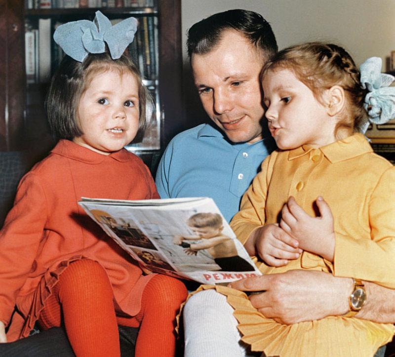 1015 Гагарин с дочерьми Еленой и Галей.jpg