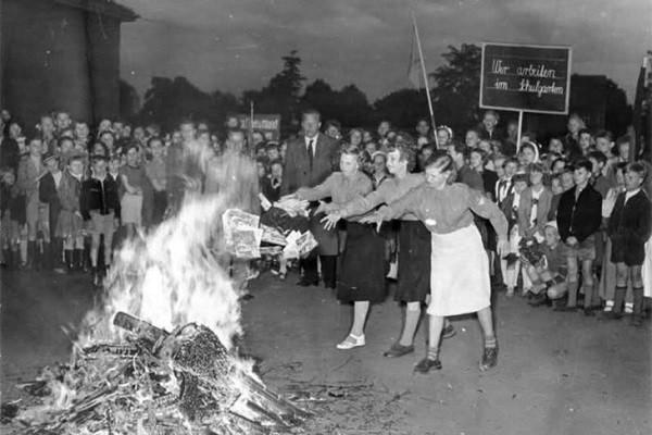 Зачем было жечь? Проще сдать на макулатуру: В Воркуте изданные на средства Фонда Сороса книги сожгли на костре