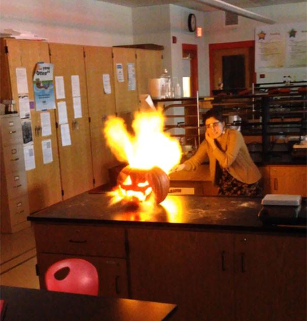 21. Преподаватель химии каждый год на Хэллоуин устраивает взрыв тыквы  подборка, учитель, юмор