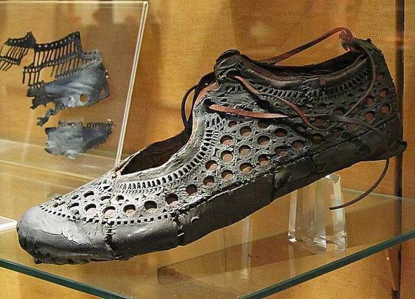 В старом колодце нашли обувь времен Древнего Рима! Ему 2000 лет!