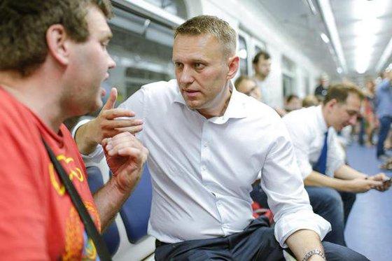 Навальный трусливо сбежал от приставов, но дальше границы не убежит
