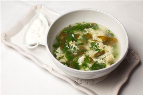 Легкий суп со щавелем и яйцом.