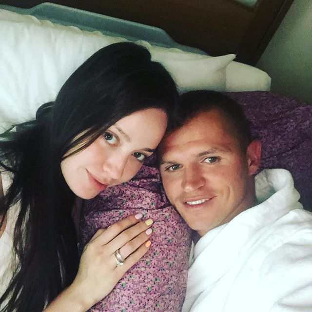 «Забрал своих принцесс домой»— Дмитрий Тарасов забрал жену и дочь из роддома