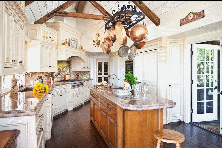 Современная кухня в стиле прованс с мраморной столешницей, большим островом для приготовления пищи и несколькими рабочими зонами