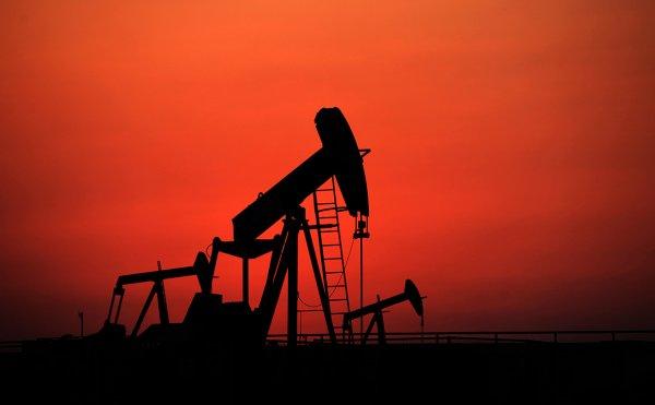 Россия и Саудовская Аравия предложат ОПЕК+ временно поднять добычу нефти