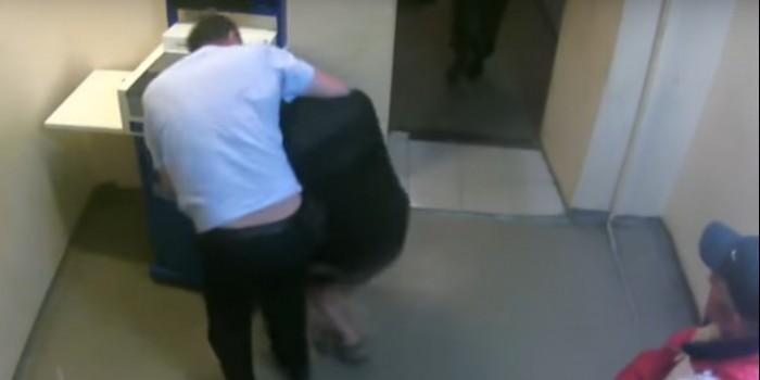 Опубликовано видео жестокого избиения жителя Красноярска в полицейском участке
