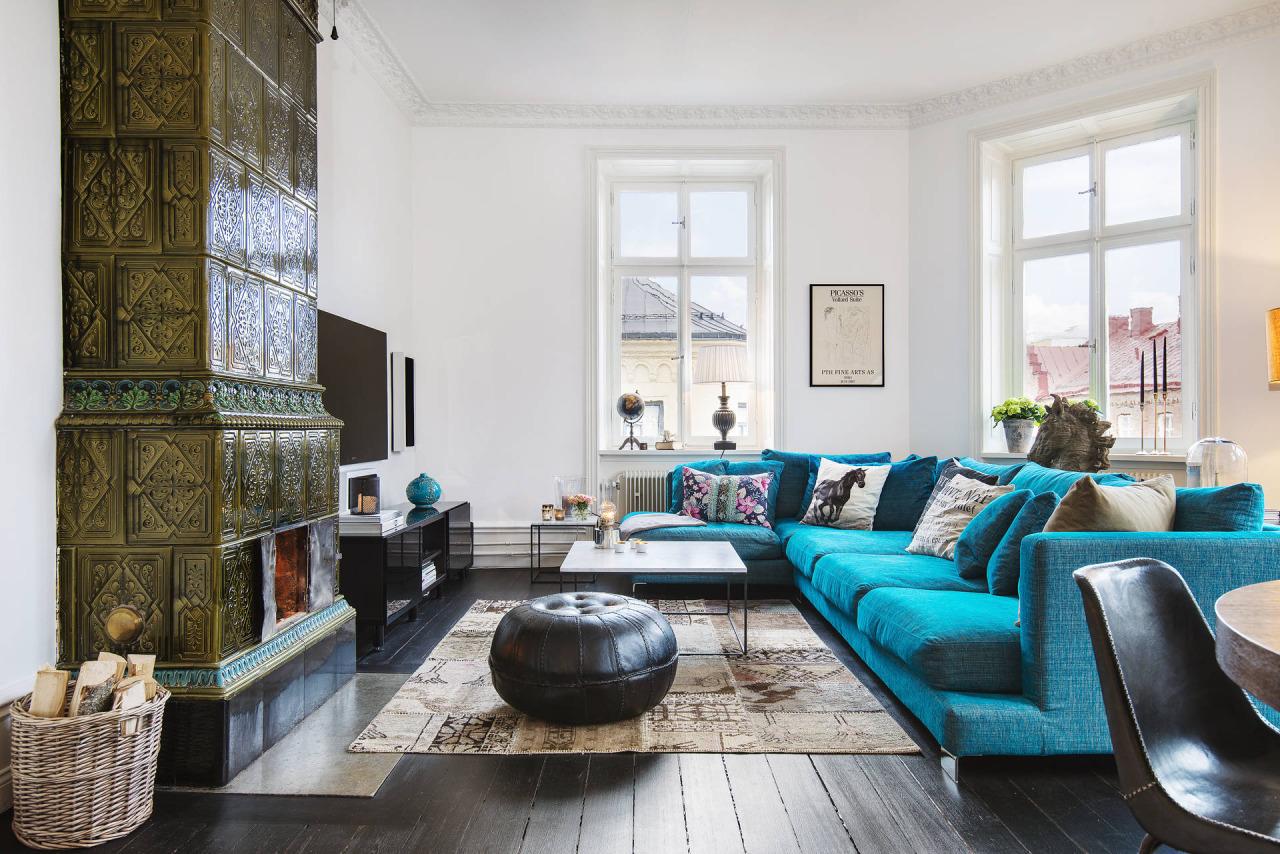 Интерьер с синим диваном и антикварной печью