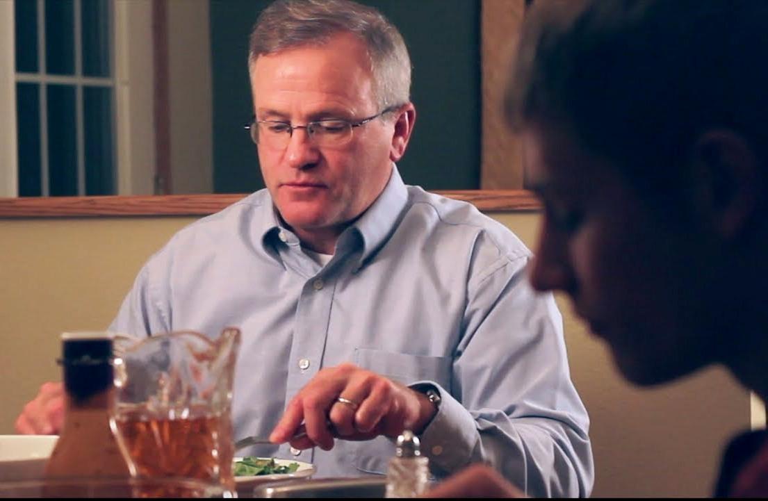 Его сыновья не выпускали телефон из рук, на протяжении всего ужина. То, что сделал этот папа – бесподобно!