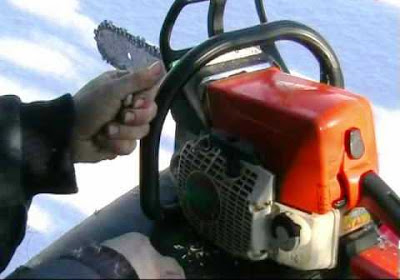 Разведение огня с помощью бензопилы