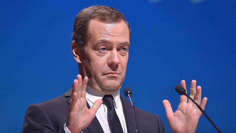 """""""Кто говорит """"свеклА"""", кто говорит """"свЁкла"""": Медведев дал совет сенаторам по постановке ударения"""