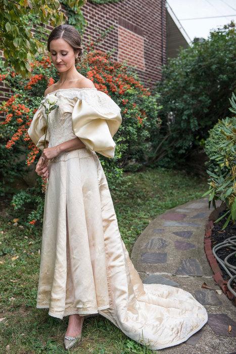 Американка, которая прислушалась к старинной английской свадебной примете, и решила выходить замуж в свадебном наряде, которому уже 120 лет.