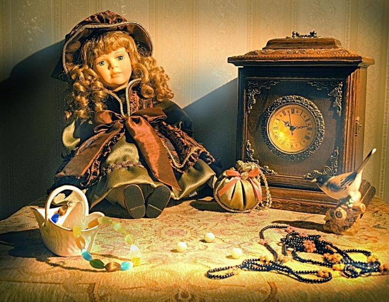 Фарфоровая кукла, часы и ....