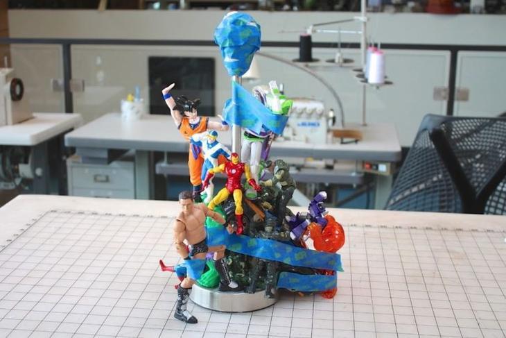 Шикарная настольная лампа из игрушек