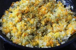 Рулет из лаваша с грибами: Добавляем к луку морковь, приправу и соль