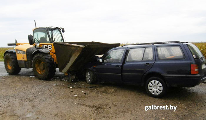 Мешавший рабочим автомобиль подвинули ковшом погрузчика (видео)