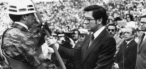 Президент Эквадора Хайме Рольдос поднимает национальный флаг