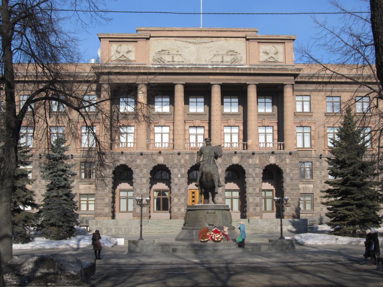 Что изображено на барельефе Штаба Центрального Военного Округа в Екатеринбурге?