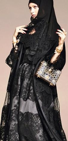 Новая революционная коллекция от Dolce & Gabbana:  арабские хиджабы в кружевах и розах