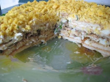 Вкусный салат из рыбных консервов сардины