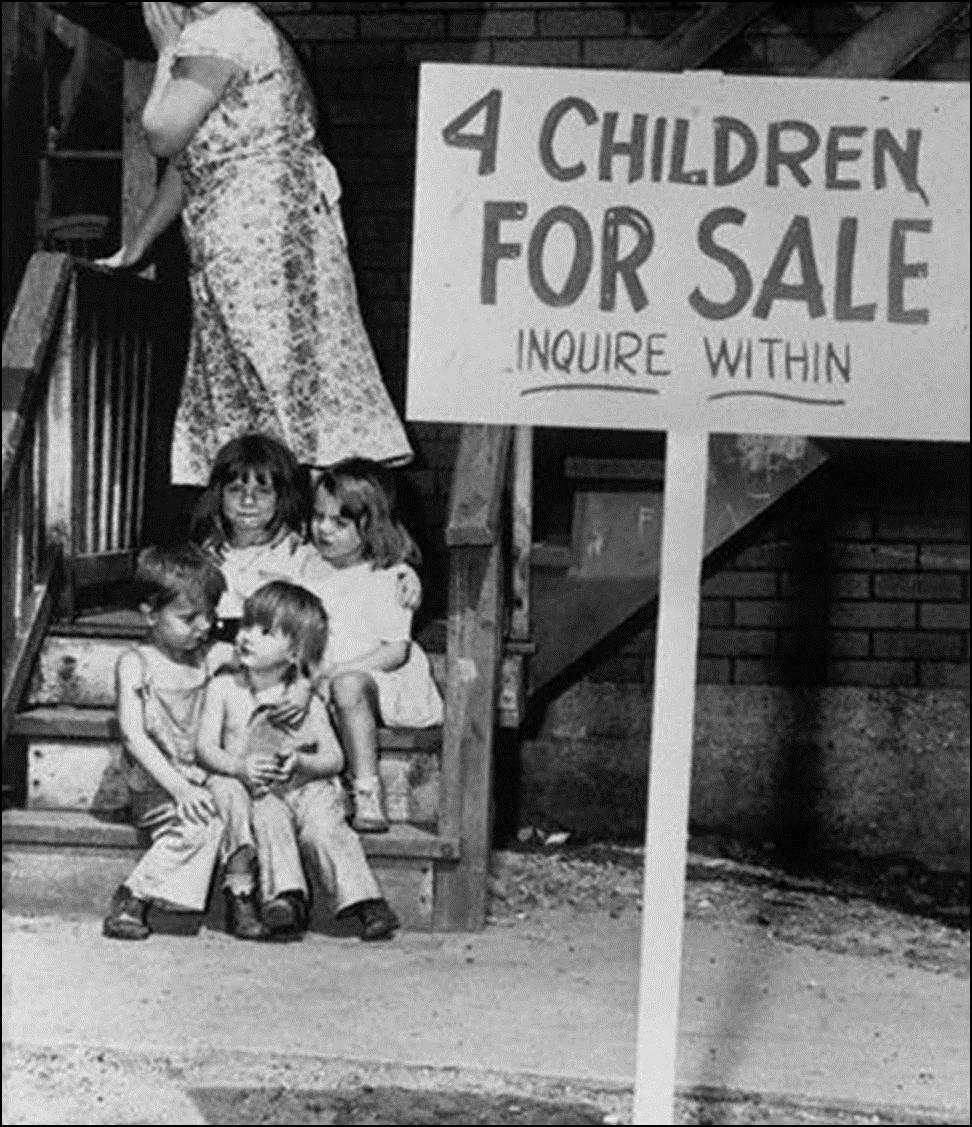 Мать прячет лицо от стыда, выставляя на продажу своих детей, Чикаго 1948 Историческая фотография, история, факты