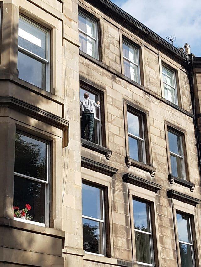 15. Ему очень нужно помыть окно. Несмотря ни на что в мире, высота, кадр, красота, люди, фото
