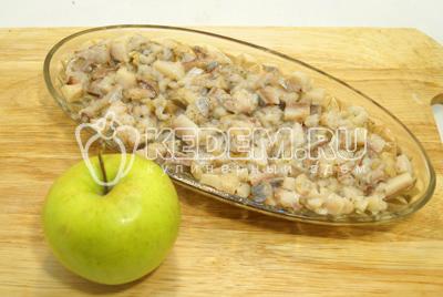 Следующим слоем уложить тертое без кожуры яблоко.