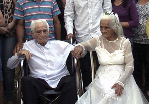 Жизнь развела их. Спустя 80 лет они встретились и сразу же поженились. Мартине Лопес 93, Хосе Риелла - 103 года