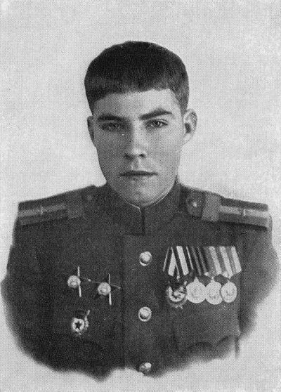 Старшина Аркадий Каманин перед отправкой на уезжает на учёбу после войны