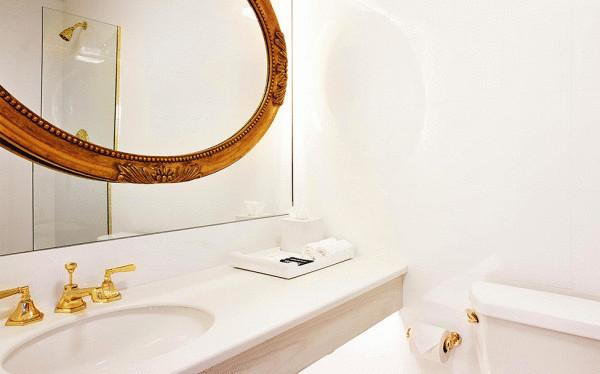 Белоснежная ванная комната в отеле The Line Hotel.