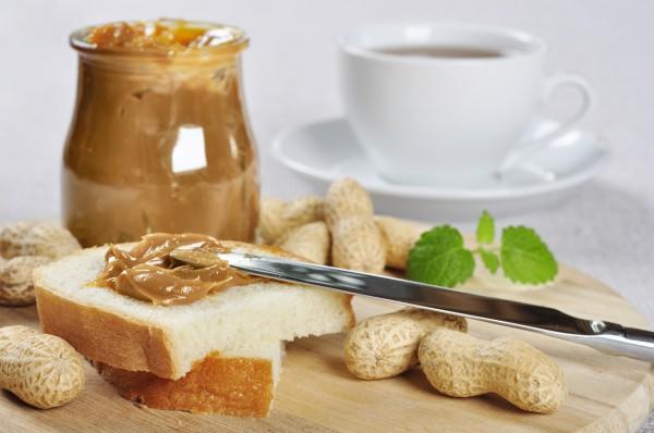 Арахисовое масло можно намазывать на хлеб