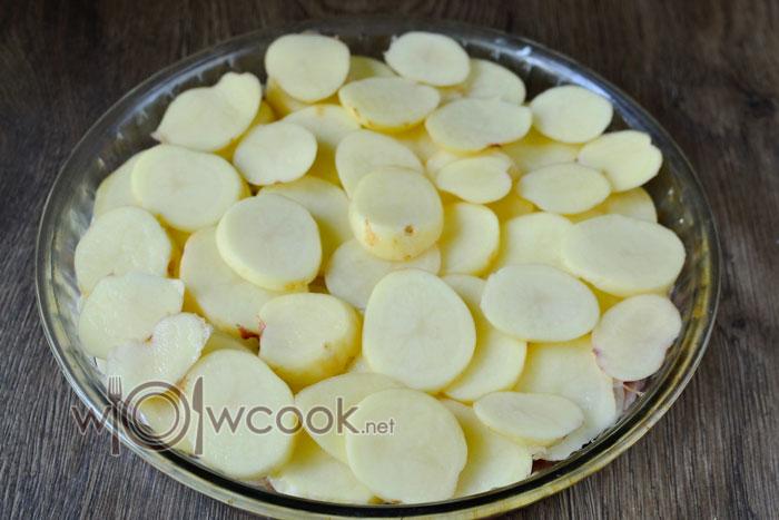 Выкладываем картофель поверх мяса