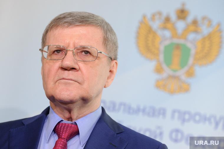 Чайка попросил увеличить зарплату прокурорам в 2-3 раза. Медведев не против