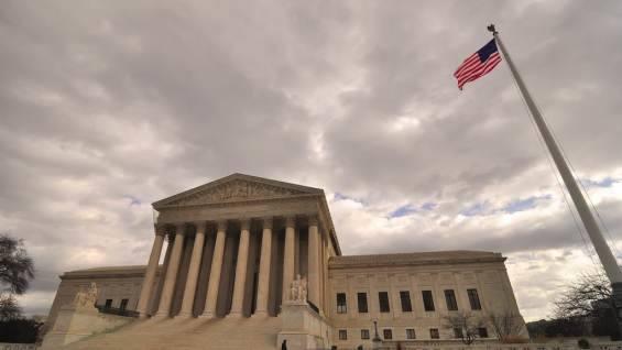 Обвинившая в домогательстве кандидата в Верховный суд США готова дать показания