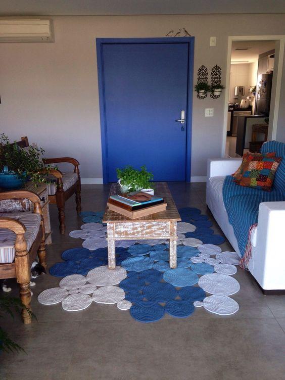 Lindo tapete de bolas feito no croche.. <br>Em formato irregular.. <br>Pode ser feito nas cores de sua decoração.. <br>Medidas de 1,50 X 2,00 <br>Outras medidas consultar valor..