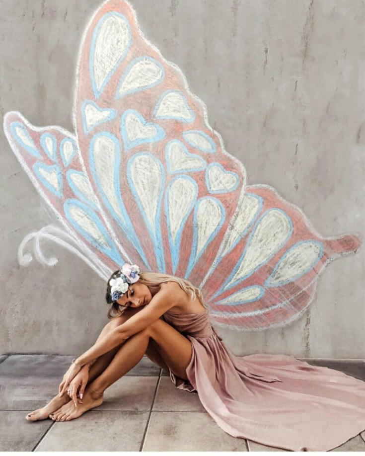 Крылья мелом на стене