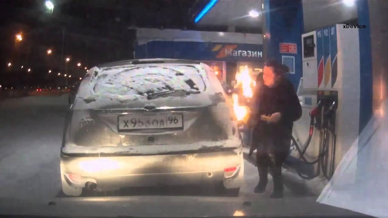 В Сургуте женщина подожгла на заправке свой автомобиль