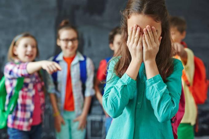 Как понять, что над ребенком издеваются в школе: 13 тревожных признаков