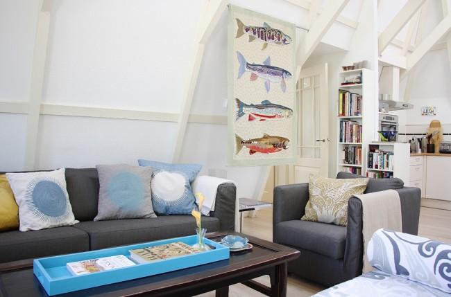 Декоративное полотно с рыбами дополняет интерьер современной гостиной