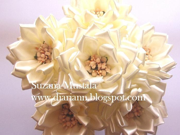 Цветы из шелковых лент от Suzana Mustafa. Идеи и мастер-класс (8) (700x525, 282Kb)